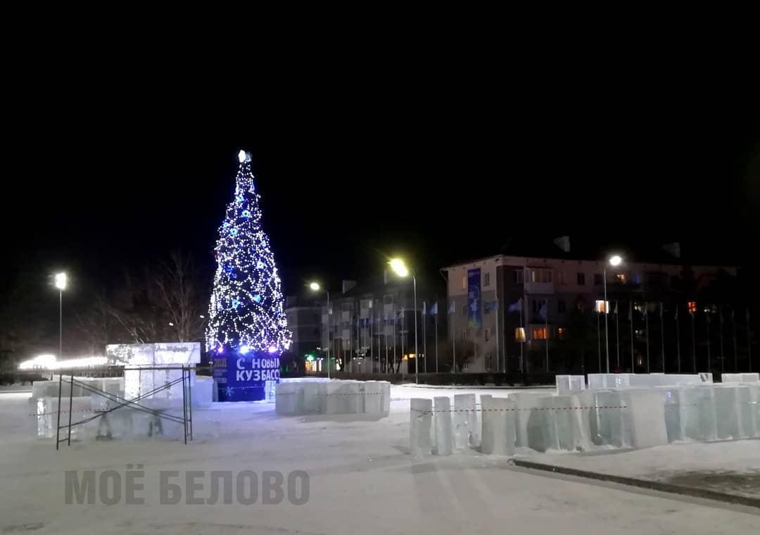Ёлка и начало строительства ледяных скульптур на центральной площади Белово, декабрь 2020