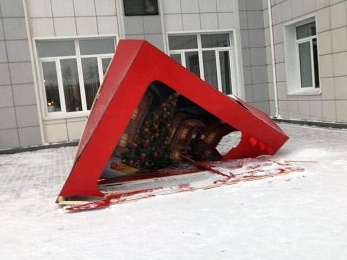 Вандалы сломали новогоднюю фотозону в Новом Городке, Белово, декабрь 2020