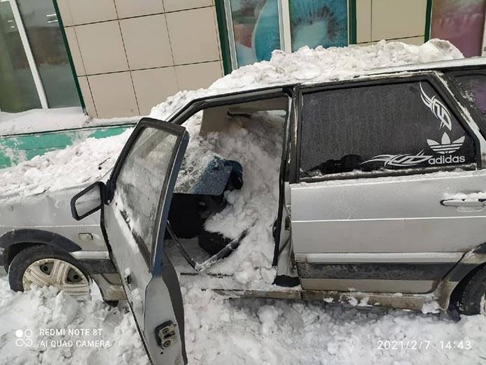 В Белово в поселке Бабанаково сошедший с крыши снег повредил автомобиль