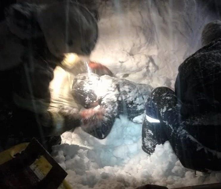 В Новокузнецке женщину засыпало снегом. Она провела под завалом 10 часов