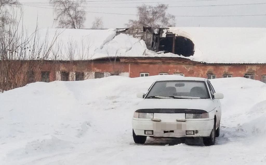 В Белове рухнула крыша дома при очистке от снега