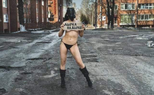Жительница Иркутска оголилась для привлечения внимания к дорогам